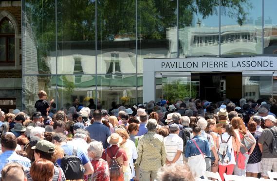 Plusieurs citoyens se sont présentés pour visiter le nouveau pavillon du MNBAQ. (Le Soleil, Erick Labbé)