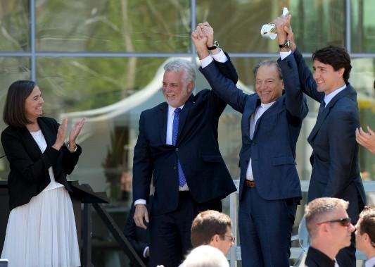 Philippe Couillard et Justin Trudeau était très heureux de présenter Pierre Lassonde (au centre), sous l'oeil de la dg du Musée, Line Ouellet. (Le Soleil, Erick Labbé)