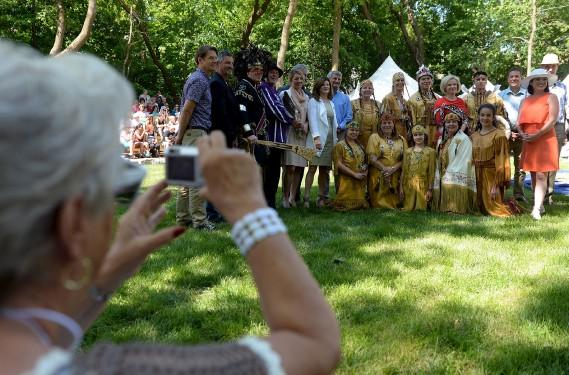 Plusieurs politiciens étaient de passage au Pow Wow, vendredi. (Le Soleil, Erick Labbé)
