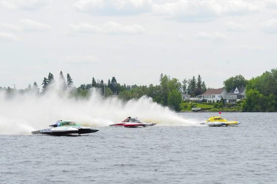 Les bolides volent sur l'eau à certains moments. (Photo Le Quotidien, Gimmy Desbiens)