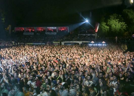 Les Cowboys Fringants ont accueilli l'une des foules les plus imposantes de l'histoire du FestiVoix. On estime que plus de 15 000 personnes ont envahi le port de Trois-Rivières. (Andréanne Lemire)