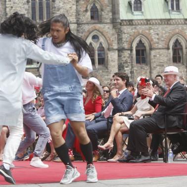 Le premier ministre du Canada, Justin Trudeau, et le gouverneur général du Canada, David Johnston, assistent au spectacle du midi. (Simon Séguin-Bertrand, LeDroit)