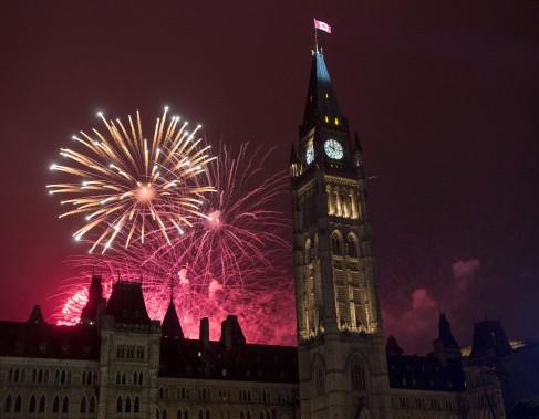 La soirée s'est conclue par des feux d'artifice sur la colline du Parlement. (Justin Tang, La Presse Canadienne)