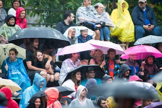 La pluie n'a pas empêché les spectateurs d'assister au spectacle de la formation Bears of Legend. (Olivier Croteau)