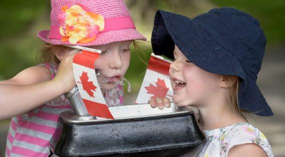 Deux jeunes participantes aux festivités du 1er juillet. (Le Soleil, Jean-Marie Villeneuve)