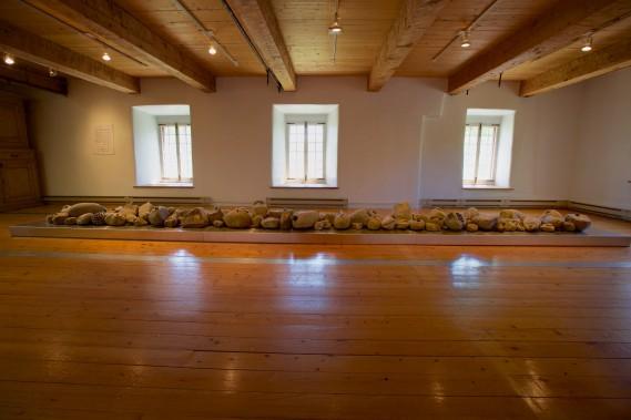 La longue installation<em> Cultiver la pierre</em>, de RogerGaudreau (Photo Denis Baribault)