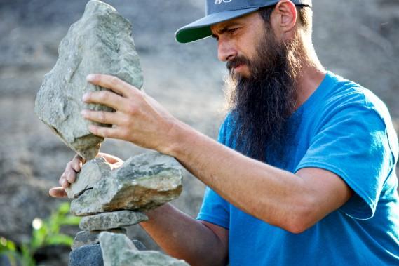 Tim Anderson s'est familiarisé avec les roches de la région pour les démonstrations qu'il a faites lasemaine du 19juin. (Photo Denis Baribault)