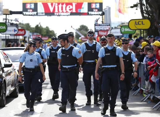 Quelques-uns des policiers affectés au Tour de France. (AP, Peter Dejong)