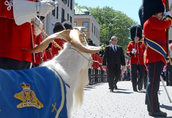 La cérémonie du droit de cité devant l'hôtel de ville, avec le maire Régis Labeaume. (Le Soleil, Erick Labbé)