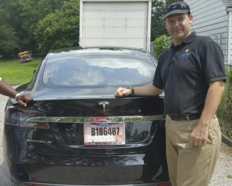 Sur cette photo prise en 2015 et fournie par sa voisine, Krista Kitchen, Joshua Brown pose à côté de sa nouvelle Tesla chez lui, à Canton, en Ohio. Photo: Krista Kitchen, via AP ()
