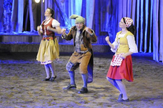 Le comédien Patrice Leblanc et les cavalières et voltigeuses Pamela Paradis et Christina Albers, campent les principaux personnages du conte équestre. (Photo Le Quotidien, Mariane L. St-Gelais)