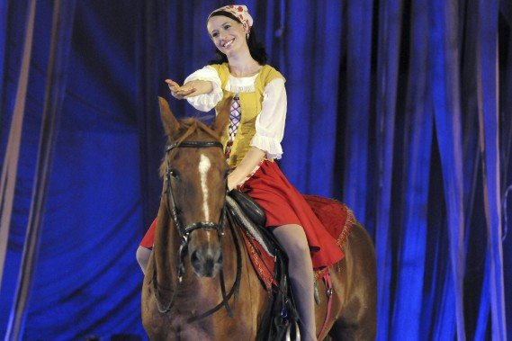 La cavalière et voltigeuse Christina Albers exécute plusieurs figures à dos de cheval. (Photo Le Quotidien, Mariane L. St-Gelais)