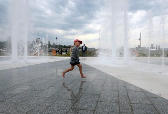 Malgré le temps frais, cette petite fille a exploré la nouvelle fontaine de 9 mètres du quai Paquet, mercredi après-midi, à Lévis. (Le Soleil, Erick Labbé)