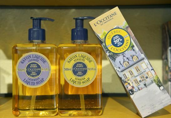 Pour souligner son ouverture à Québec, L'Occitane a créé un emballage spécial, illustrant la rue du Petit-Champlain, pour le boîtier de sa crème à mains au beurre de karité (32 $). Aussi sur la photo, le savon liquide pour les mains (28 $) (Le Soleil, Jean-Marie Villeneuve)