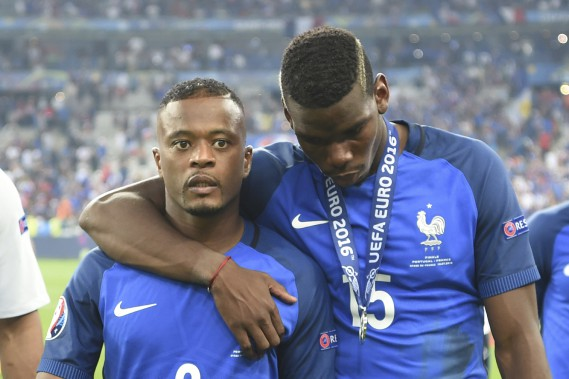 Patrice Evra et Paul Pogba digèrent leur déception après la défaite de la France. (AFP)