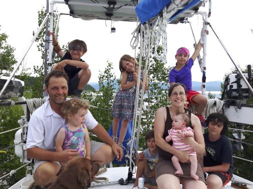 La grande famille de sept enfants originaire de la Rive-Sud de Québec s'aventure sur la mer pendant quatre ans, pour un voyage qui la mènera partout sur le globe. (Fournie par Brumeetpinocchio.com)