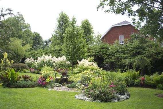Clin d'oeil à la tradition anglaise: une petite table bistrot pour prendre le thé au jardin. (Mélissa Bradette)