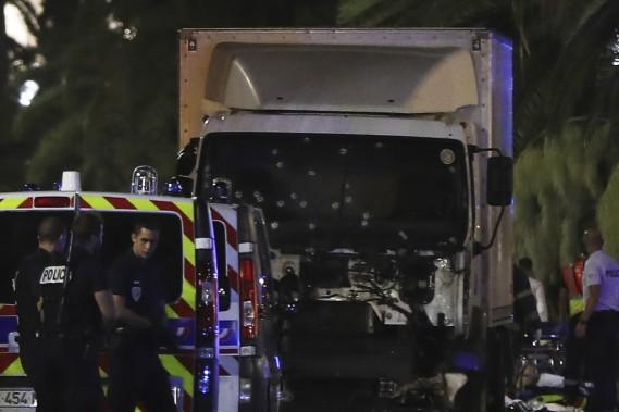 Les policiers entourent le camion qui a foncé dans la foule de fêtards. (AFP, Valery Hache)