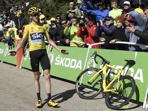 Chris Froome obtient finalement un vélo. Il est toutefois inadapté pour lui, car il est incapable d'enclencer ses chaussures sur les pédales. (AFP, Jeff Pachoud)