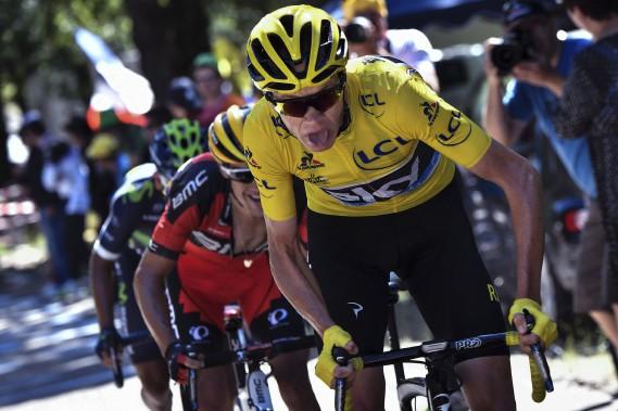 Enfin secouru par son directeur sportif, Chris Froome tente de limiter les dégâts sur son nouveau vélo, mais il perd son maillot jaune. (AFP, Jeff Pachoud)