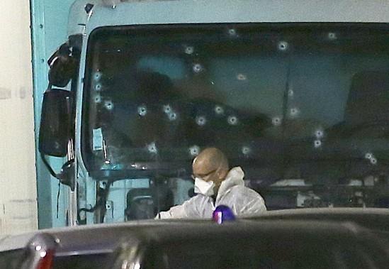 Le pare-brise du camion a été criblé de balles. (Photo AP, Claude Paris)