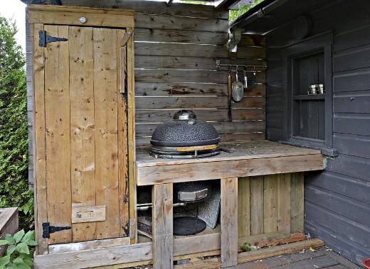 L'espace consacré au barbecue et au fumoir a été aménagé avec les planches qui ont été récupérées en ouvrant les murs du salon. (Le Soleil, Patrice Laroche)