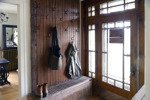 Un banc et un mur aménagés par la propriétaire sont bien encastrés dans l'entrée. (Le Soleil, Patrice Laroche)