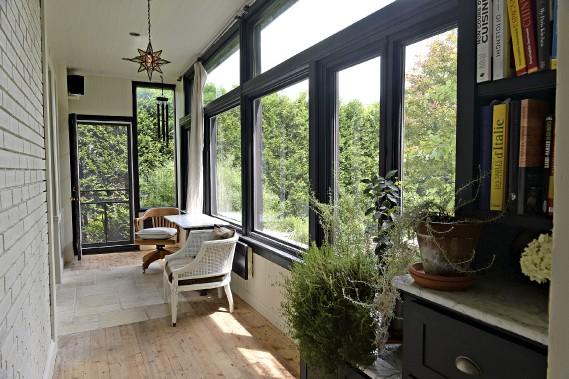 Une longue pièce vitrée à l'arrière de la maison est l'endroit idéal pour prendre le petit déjeuner. (Le Soleil, Patrice Laroche)