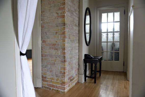 Une cheminée de briques, maintenant inutilisable, traverse la maison du sous-sol au premier étage. (Le Soleil, Patrice Laroche)