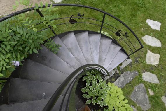 L'escalier en colimaçon mène au toit du cabanon. Les guitares et les roses sculptées étaient les symboles choisis pour le couple à l'occasion de son mariage. (Le Soleil, Jean-Marie Villeneuve)