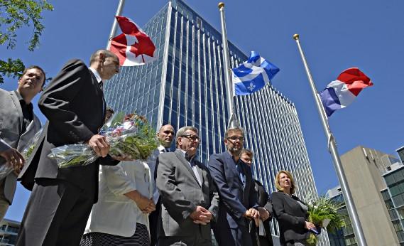 Le maire de Québec, Régis Labeaume, se trouve encore une fois aux côtés du consul français Nicolas Chibaeff, après Paris (Bataclan), en novembre dernier (Le Soleil, Pascal Ratthé)