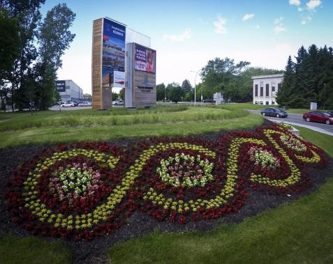 Au coin des rues St-Maurice et des Draveurs: les arrangements floraux accompagnent l'entrée du site Trois-Rivières sur Saint-Laurent. (François Gervais)