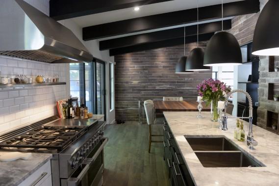 La cuisine est d'un luxe inouï avec son comptoir de marbre, son bloc de boucher et son plancher de merisier. (Le Soleil, Jean-Marie Villeneuve)