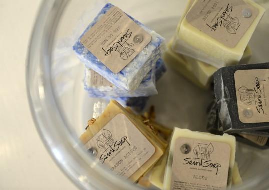 Les savons Saint-Soap fabriqués dans le quartier Saint-Sauveur. (Le Soleil, Yan Doublet)