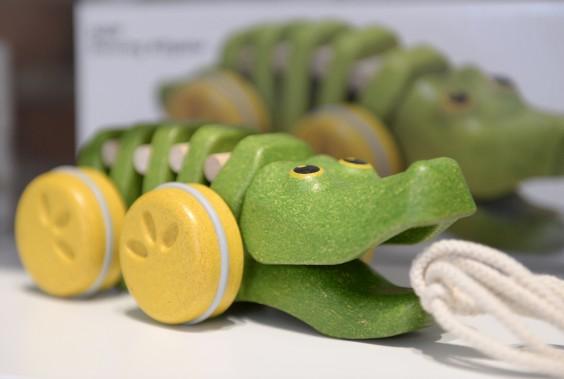 Bois et teintures écologiques pour ce petit croco à roulettes (Le Soleil, Yan Doublet)