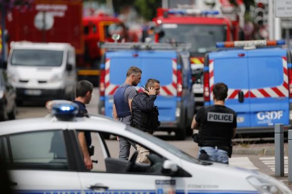 26 juillet 2016:France - Un prêtre est égorgé au cours d'une prise d'otages dans une église à Saint-Étienne-du-Rouvray, dans le nord-ouest de la France, par deux terroristes se réclamant de l'EI. (PHOTO CHARLY TRIBALLEAU, AFP)