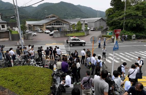 25 juillet 2016:Japon - Un ancien employé tue 19 personnes handicapées dans un centre d'hébergement au sud-est de la capitale.«Il est mieux que les handicapés disparaissent», aurait-il déclaré à la police en admettant son crime. (PHOTO TOSHIFUMI KITAMURA, AFP)