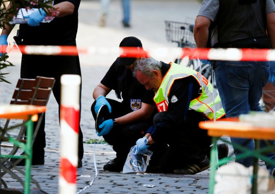 24 juillet 2016 : Allemagne - Un réfugié syrien, débouté de sa demande d'asile, se fait exploser dans le centre d'Ansbach, en Bavière. L'attentat fait 15 blessés et provoque la mort de son auteur.Le Syrien avait «prêté allégeance» à l'EI, qui affirme de son côté que c'était l'un de ses «soldats». (PHOTO Michaela Rehle, REUTERS)