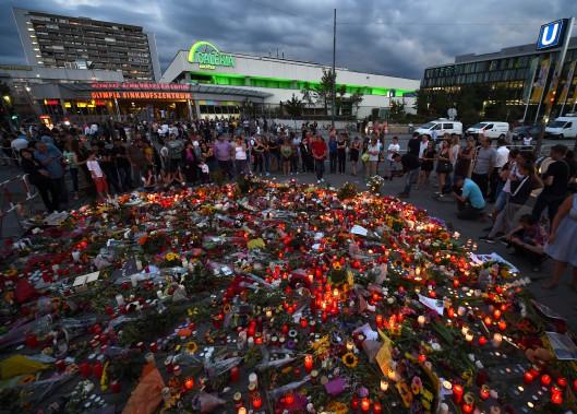 22 juillet 2016: Allemagne - Un adolescent germano-iranien de 18 ans ouvre le feu dans un centre commercial de Munich, en Bavière, tuant au moins neuf personnes avant de se donner la mort. Si cette attaque n'a pas de lien avec le terrorisme islamique, son auteur semblait en revanche obsédé par les tueries de masse. Il est passé à l'acte cinq ans jour pour jour après le massacre de 77... (PHOTO CHRISTOF STACHE, AFP)