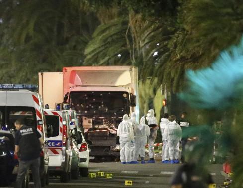 14 juillet 2016:France - Un Tunisien de 31 ans, Mohamed Lahouaiej-Bouhlel, fonce au volant d'un camion dans la foule, quelques instants après le feu d'artifice du 14 juillet à Nice, tuant 84 personnes, dont plusieurs enfants, et faisant plus de 330 blessés. L'attaque est revendiquée par l'EI. (PHOTO Eric Gaillard, REUTERS)