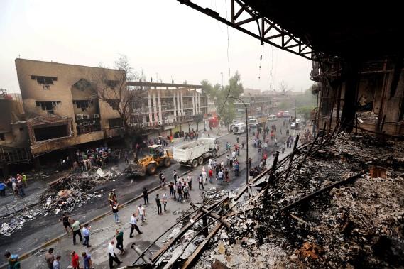 3 juillet 2016: Irak - Près de 300 personnes sont tuées dans un attentat suicide à la voiture piégée revendiqué par le groupe djihadiste État islamique (EI) à Bagdad. D'autres attentats sont survenus notamment le 8 juillet (40 morts) et le 24 juillet (21 morts). (PHOTO Hadi Mizban, AP)