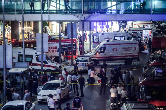 28 juin 2016 : Turquie - Quarante-sept personnes sont tuées dans un triple attentat suicide à l'aéroport international Atatürk d'Istanbul. Selon le premier ministre, «les indices pointent vers l'EI». (PHOTO  OZAN KOSE, AFP)