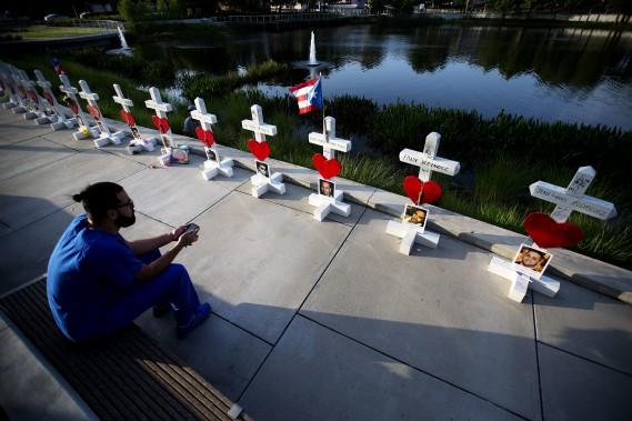 12 juin 2016:États-Unis - Un Américain d'origine afghane tue 49 personnes dans un club gai d'Orlando (Floride). Il avait prêté allégeance à l'EI dans un appel au service des urgences après avoir commencé son attaque. L'EI revendique le massacre, commis par «un soldat du califat». (PHOTO David Goldman, AP)