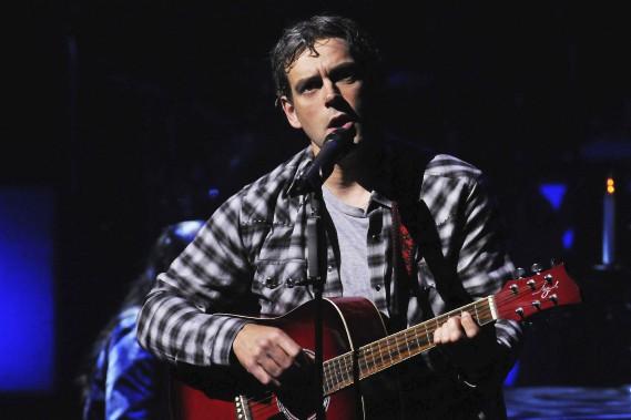 Le chanteur Sylvain Doré est très à l'aise avec un instrument dans les mains. (Photo Le Quotidien, Rocket Lavoie)