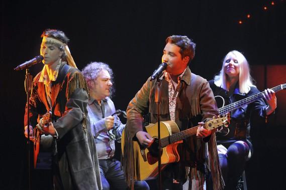 Les chanteurs David Leblanc et Jason Hudon ne portent pas ici leur plus beau costume, parmi les centaines qu'on voit sur scène pendant la soirée. (Photo Le Quotidien, Rocket Lavoie)
