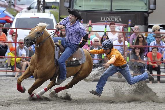 En plus des nombreux manèges présents sur le site, les citoyens pouvaient assister à un gymkhana. Les participants se sont donc affrontés dans différentes épreuves d'équitation, pour le bonheur des amateurs de chevaux de la région. (Photo Le Progrès-Dimanche, Rocket Lavoie)