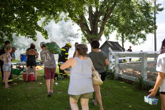 Des voisins ont débarqué les bras chargés de victuailles à distribuer à la famille ainsi qu'aux pompiers aillant combattu le feu durant de longues heures. (Olivier Croteau, Le Nouvelliste)