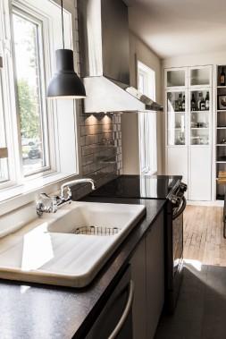 Une cloison est tombée entre la cuisine et la salle à manger, laissant libre cours à la lumière. (Photographie Atypic)