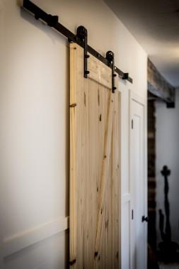 La porte coulissante de la salle de bain, «un gros sujet de discussion» avec son chum. (Photographie Atypic)