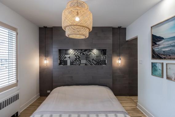 La chambre d'Azélie et de Grégory, hommage auMaroc et au surf dans unécrin minimaliste. À droite au fond, le passage vers lewalk-in. (Photographie Atypic)